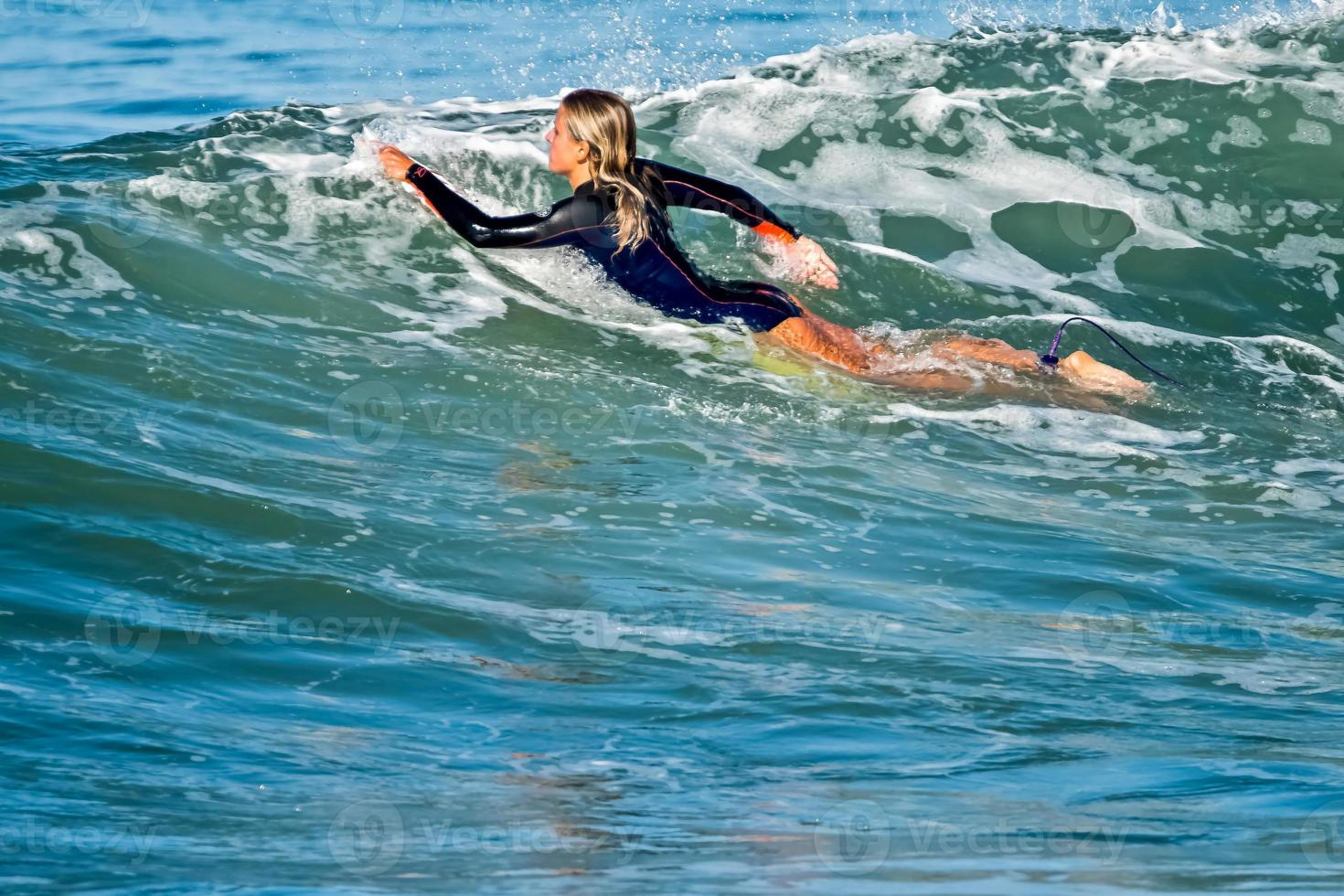 surfeando una ola foto