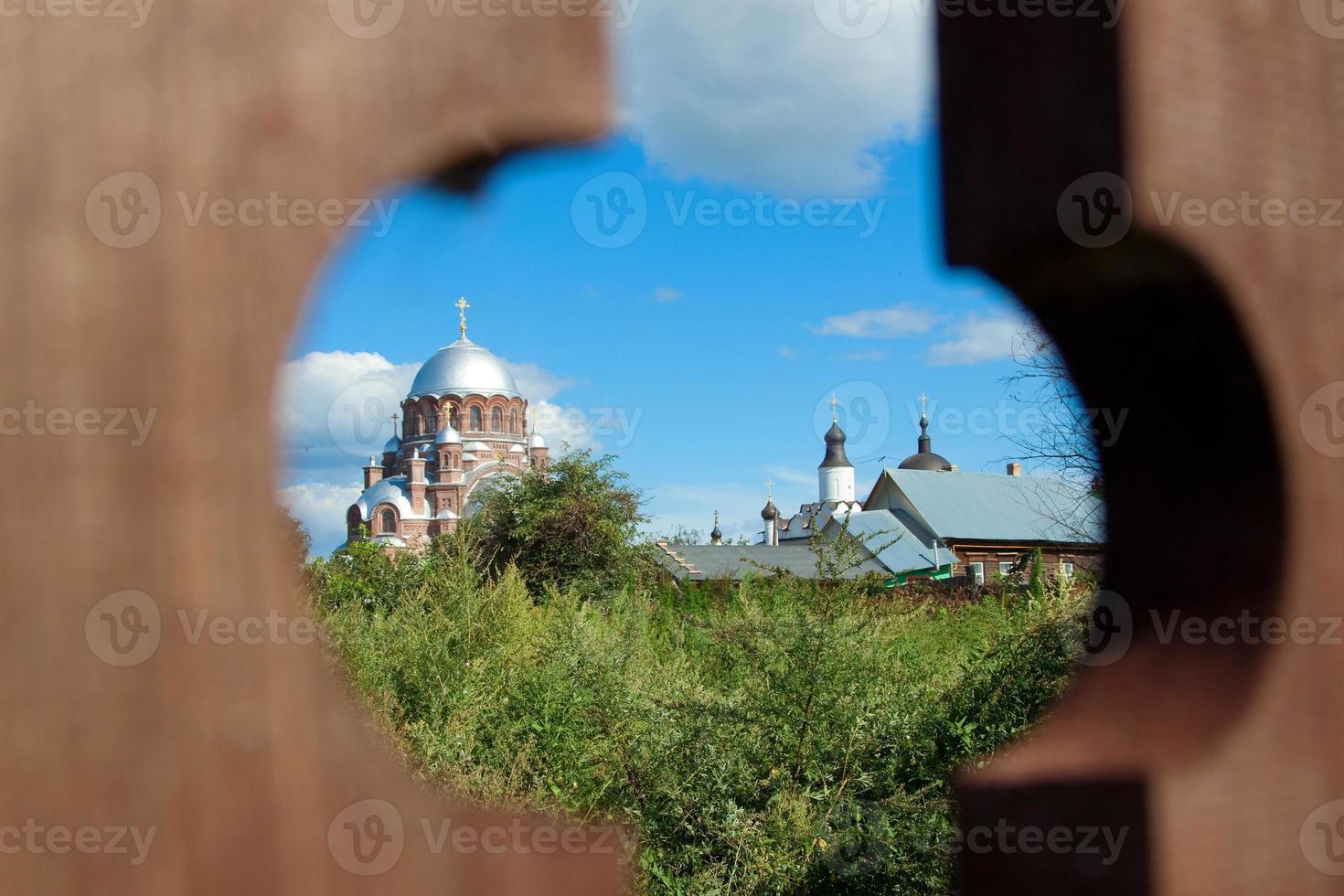 paisaje con iglesia roja foto
