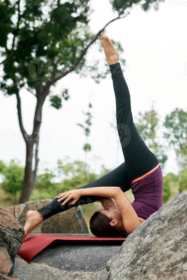 estilo de vida mujer posturas de yoga foto