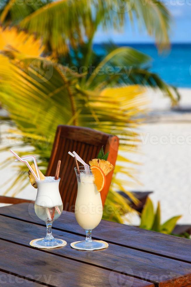 dos cócteles en playa tropical foto