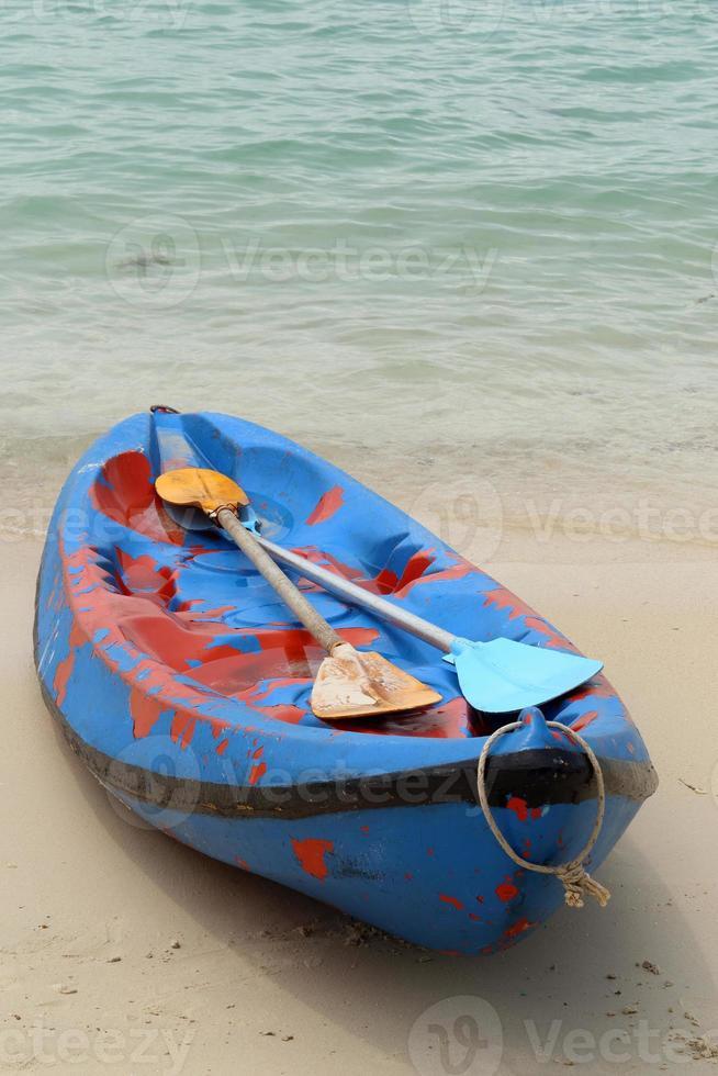 Canue o kayak en la playa. foto