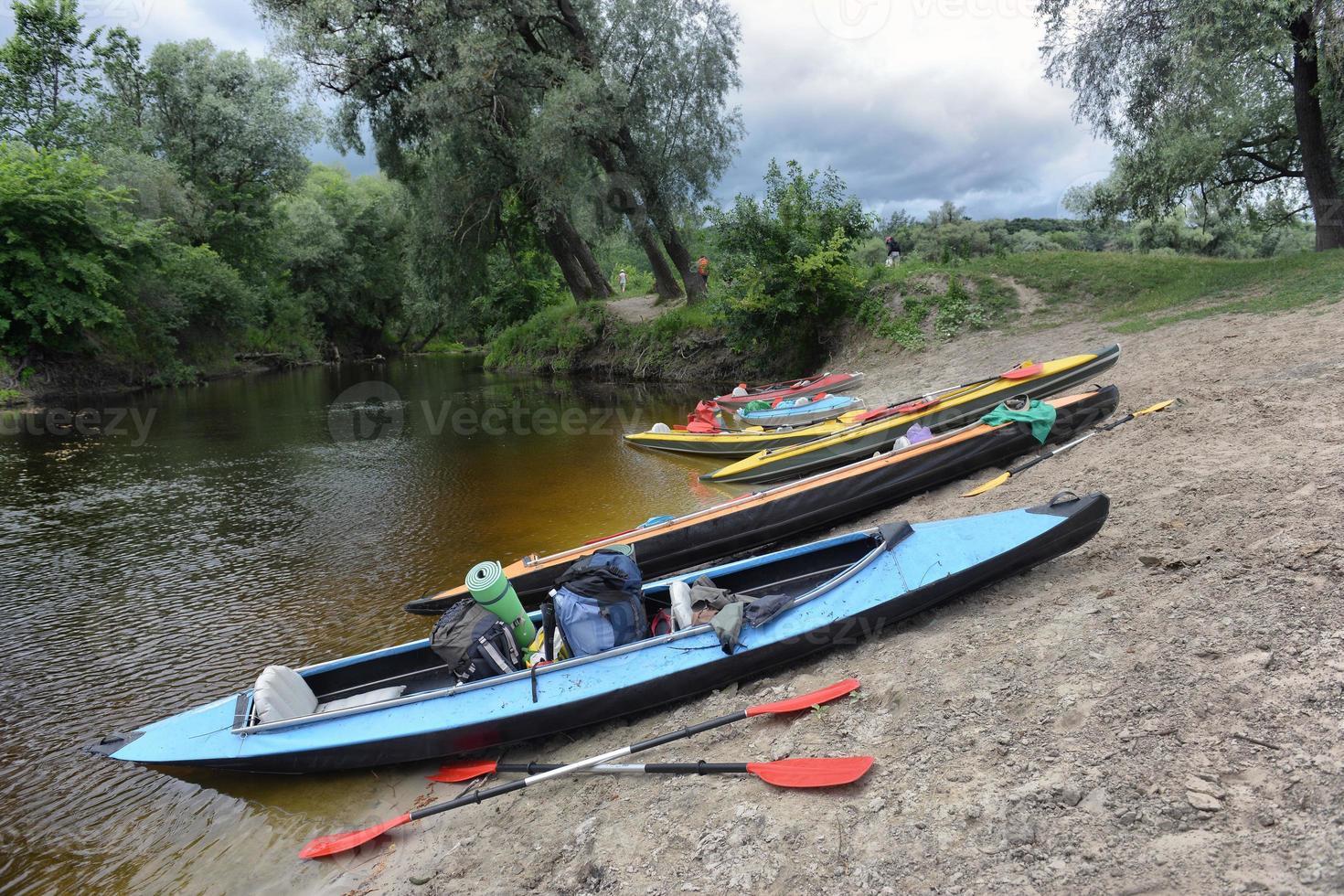 Kayak en el río en un día de verano foto
