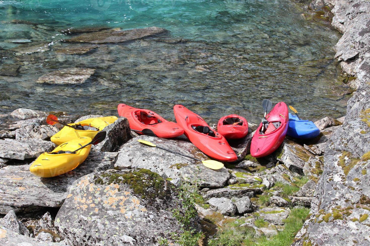 siete kayaks en la orilla del río. foto