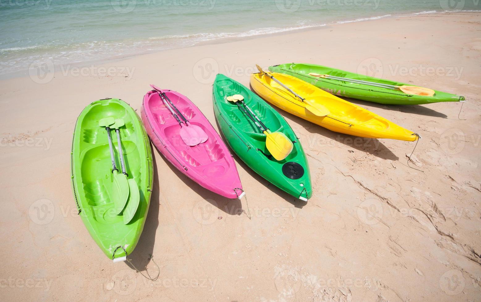 coloridos kayaks en la playa tropical foto