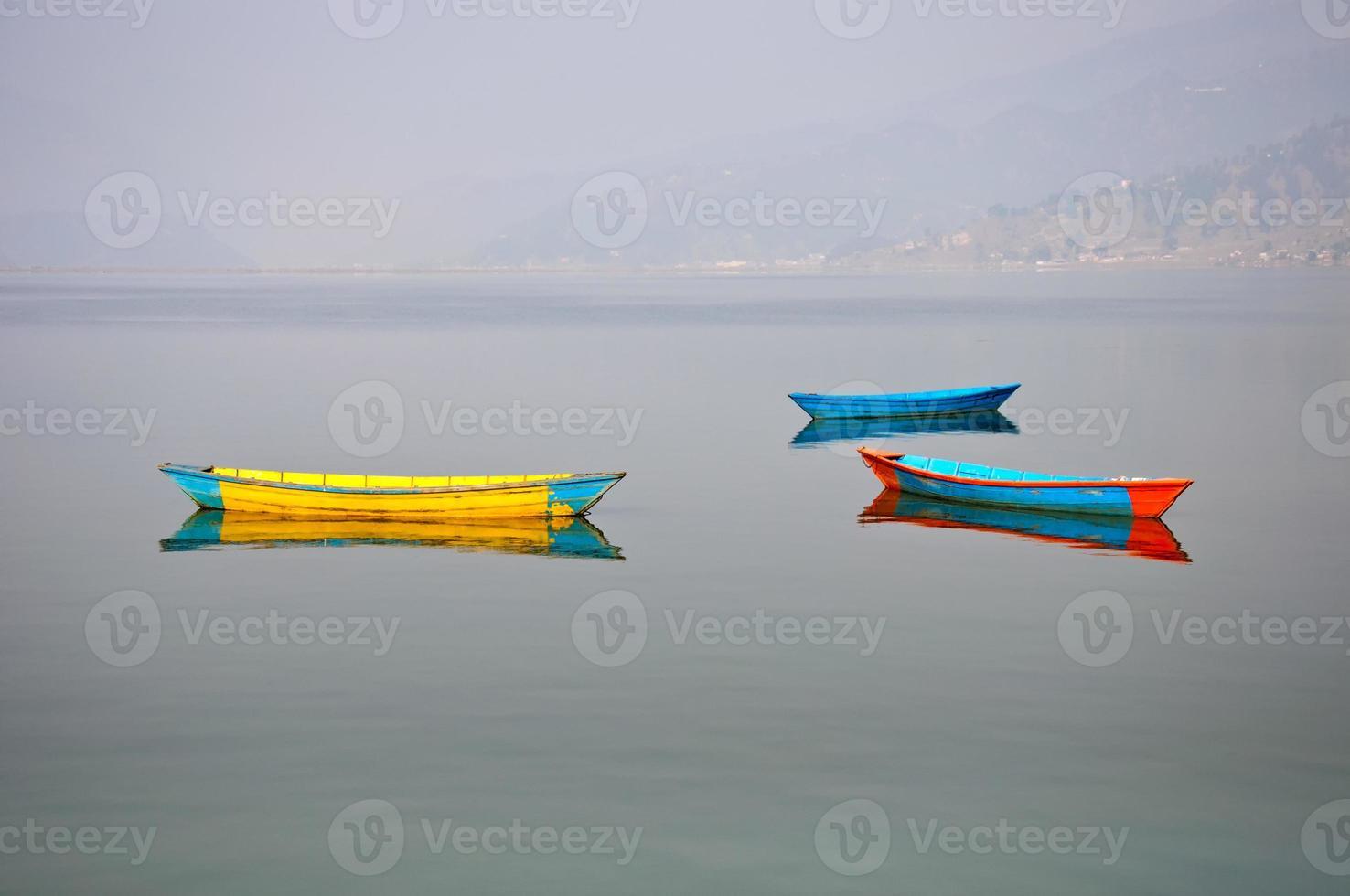 Tres barcos en el lago Fewa en Pokhara, Nepal foto