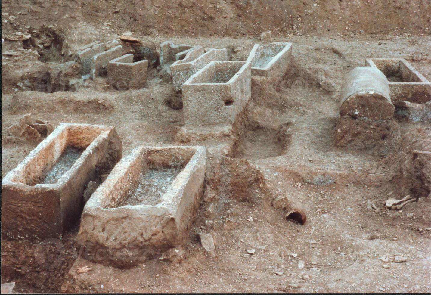 hileras de sarcófago de entierro galorromano de piedra vacía foto