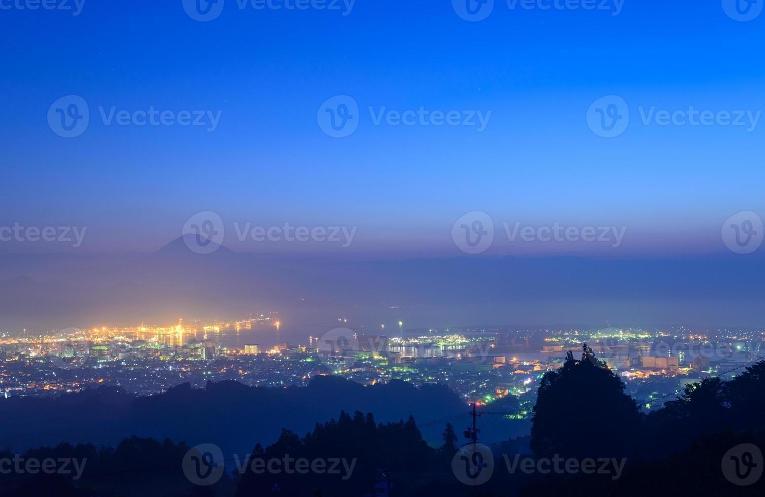 la ciudad de shizuoka y el monte fuji al amanecer foto