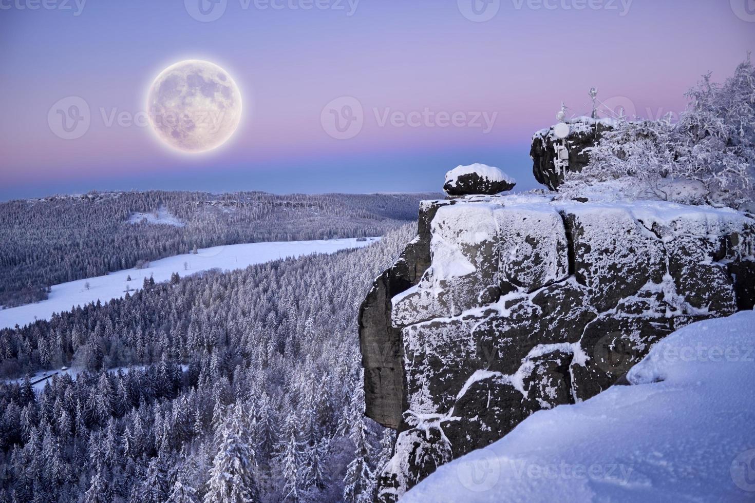luna llena en las montañas de invierno. foto