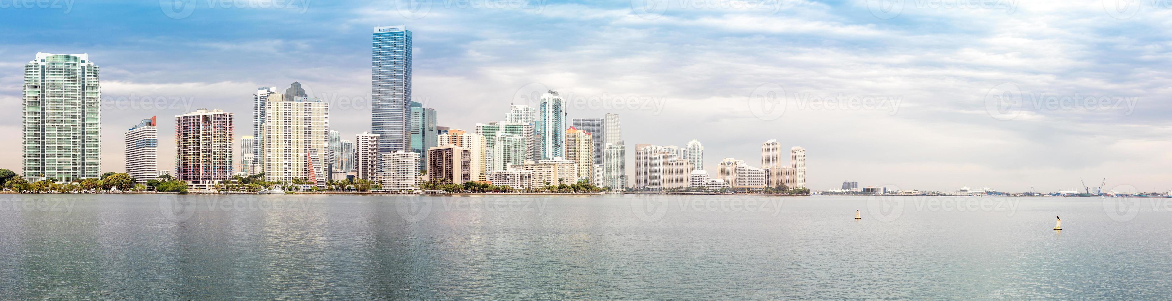Panorama del horizonte de Miami desde la bahía de Biscayne foto