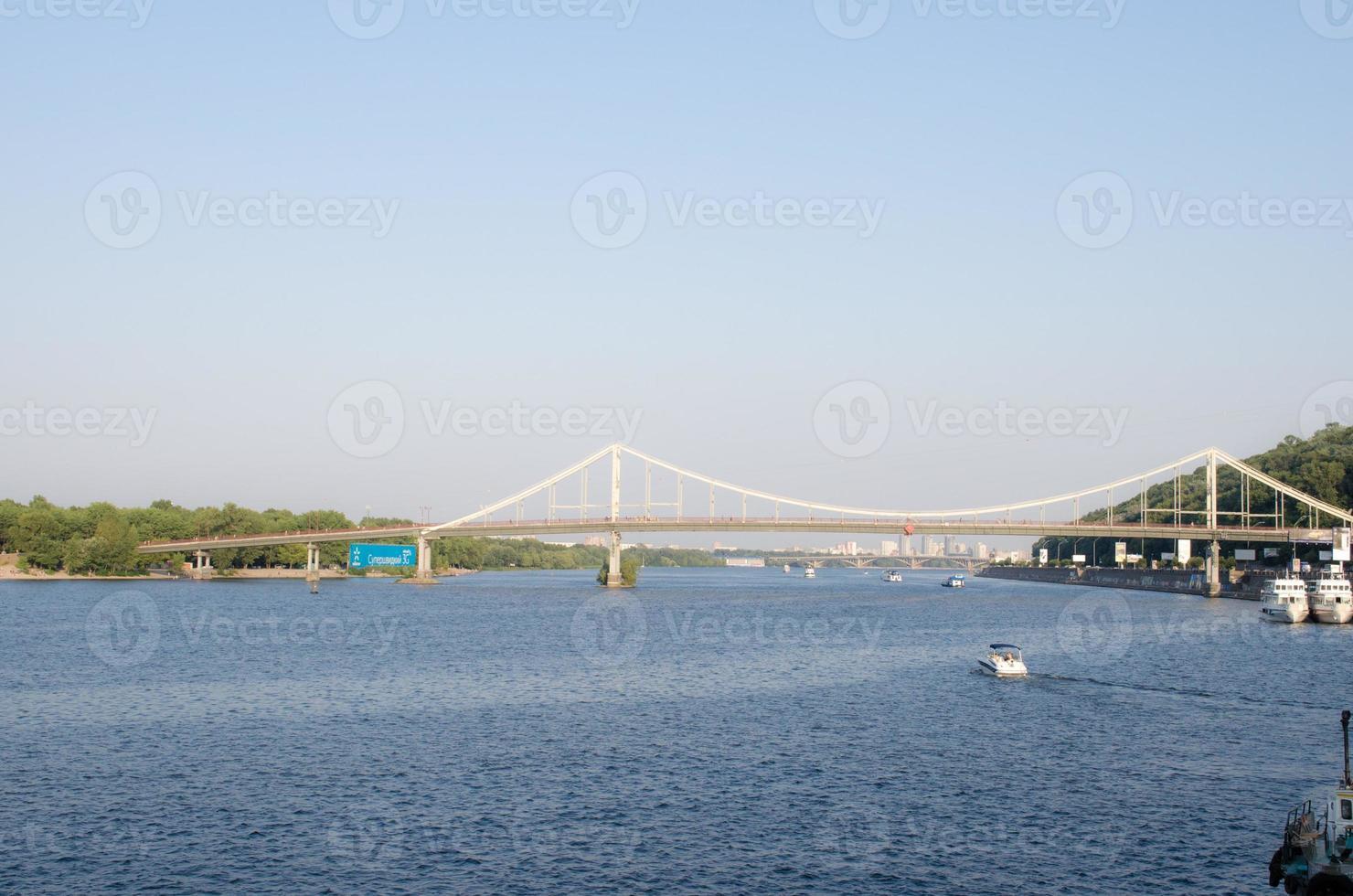 Vista de la ciudad sobre el río Dnipro en Kiev, Ucrania foto
