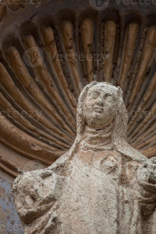 Estatua de la Virgen María en la iglesia en ruinas en Antigua Guatemala foto