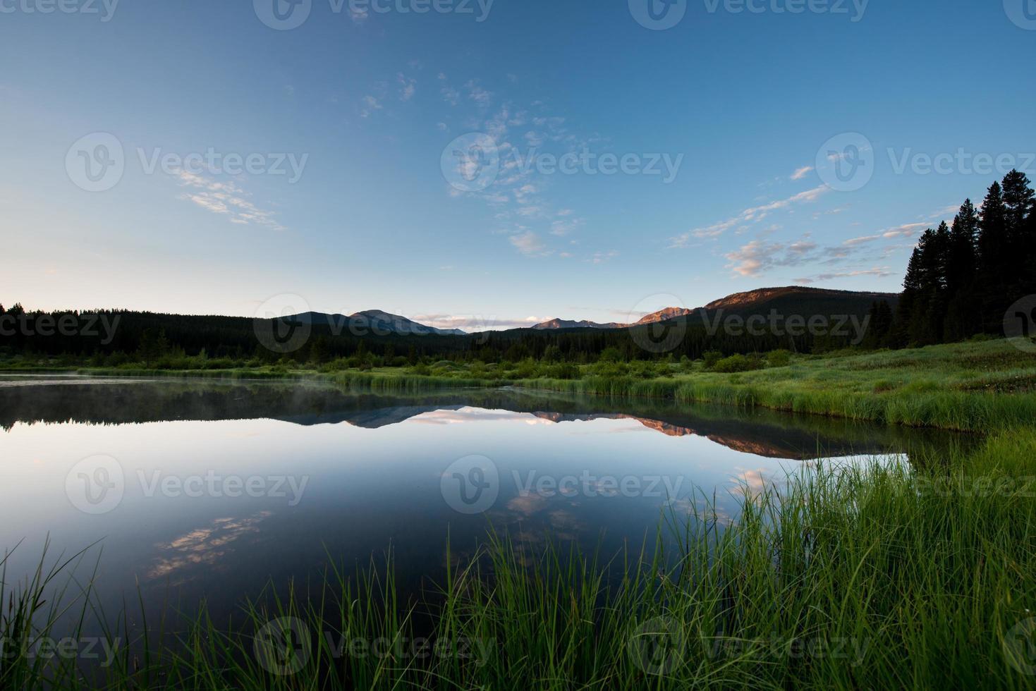 lago de montaña vidrioso foto