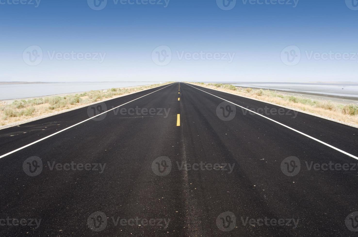 camino al gran lago salado, utah, estados unidos foto