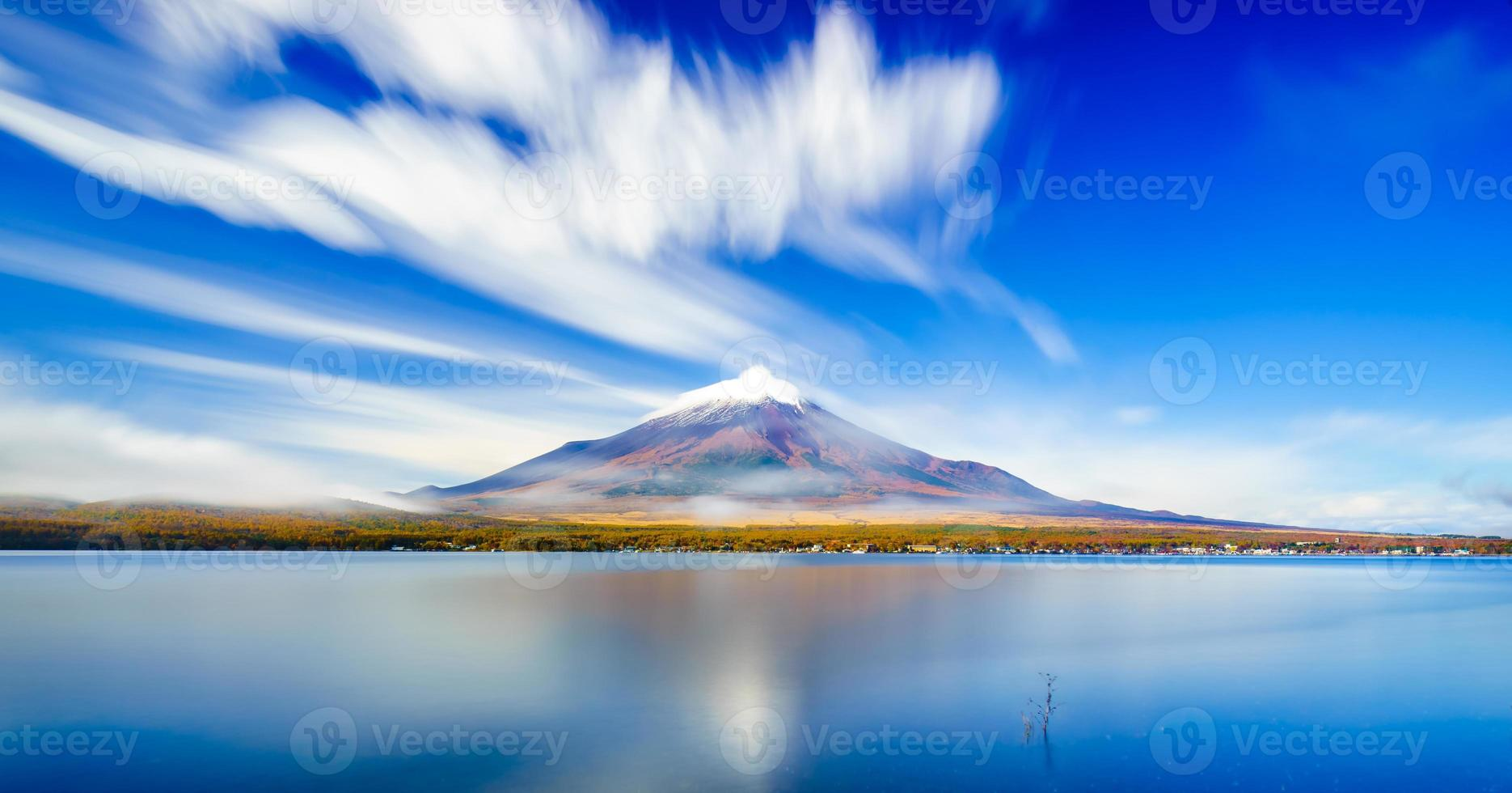 Monte Fuji con el lago Yamanaka, Yamanashi, Japón foto