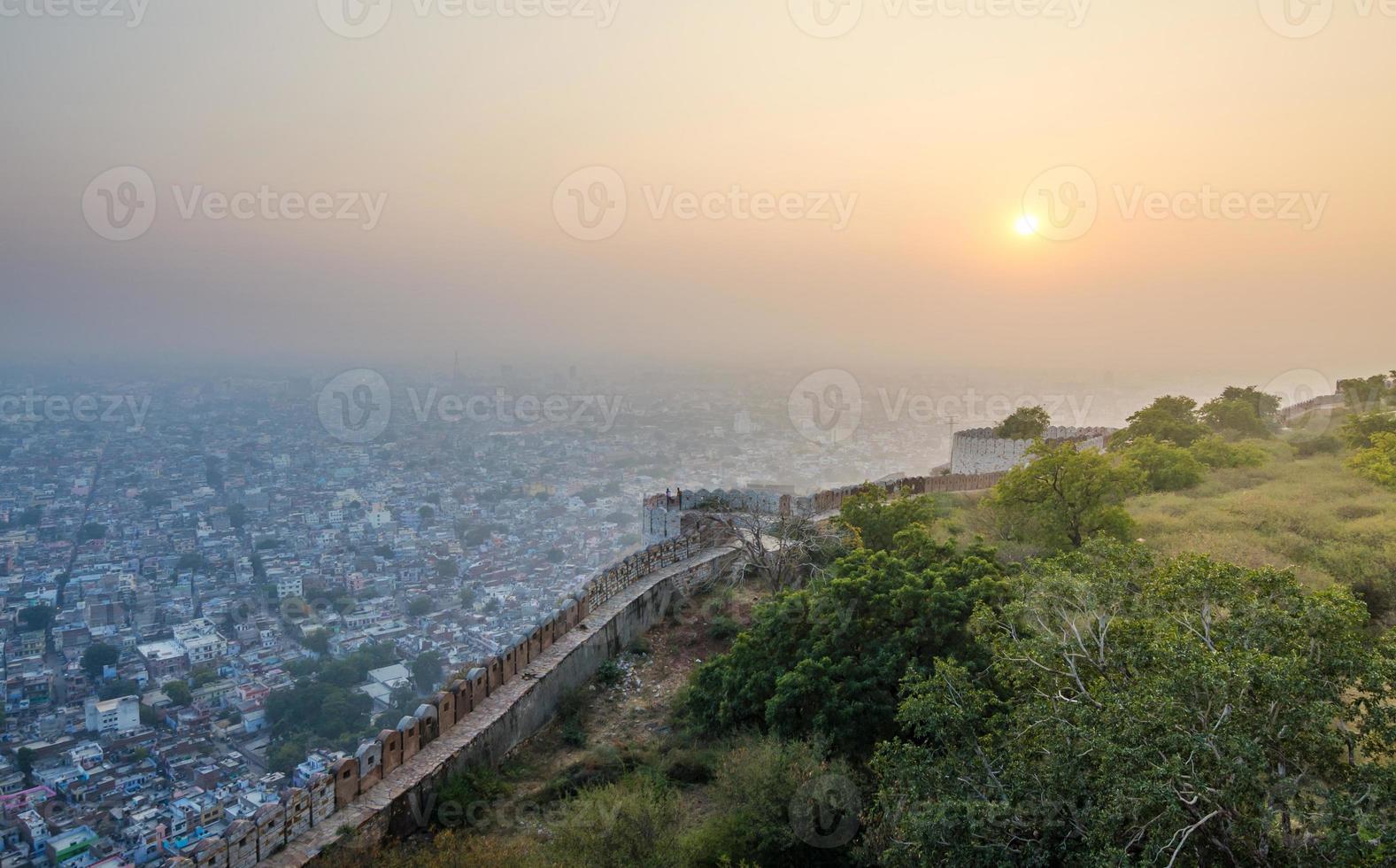 Atardecer en el fuerte de Nahargarh y vista a la ciudad de Jaipur foto