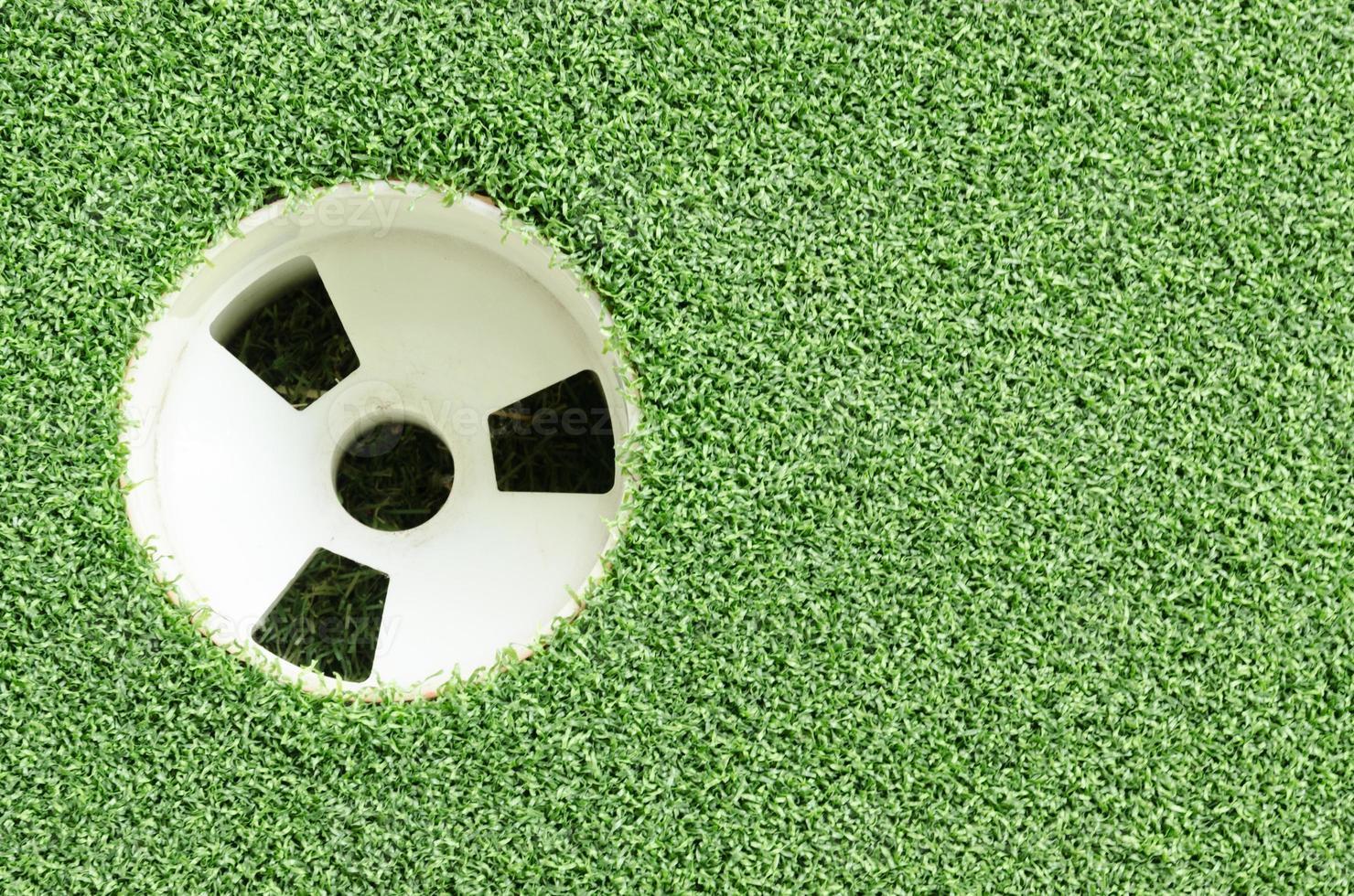 taza de palo de golf y hierba foto