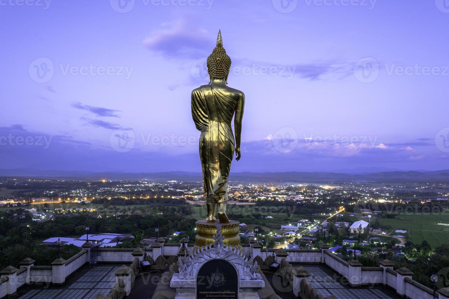 Estatua dorada de Buda en el templo de Khao Noi, provincia de Nan, Tailandia foto