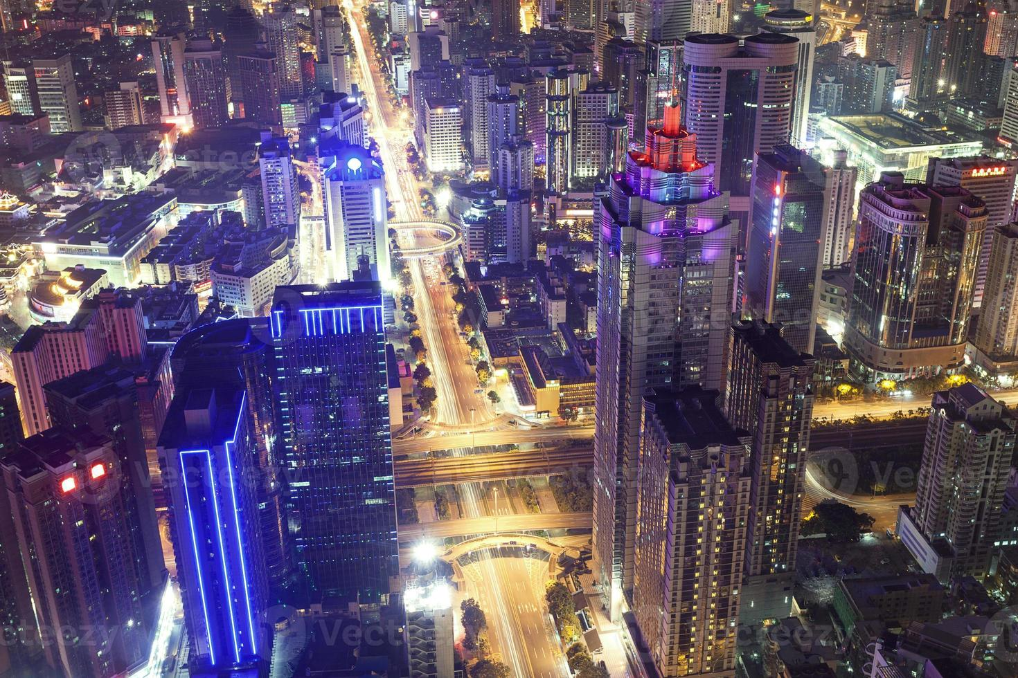 horizonte, paisaje urbano de la ciudad moderna de shenzhen en la noche foto