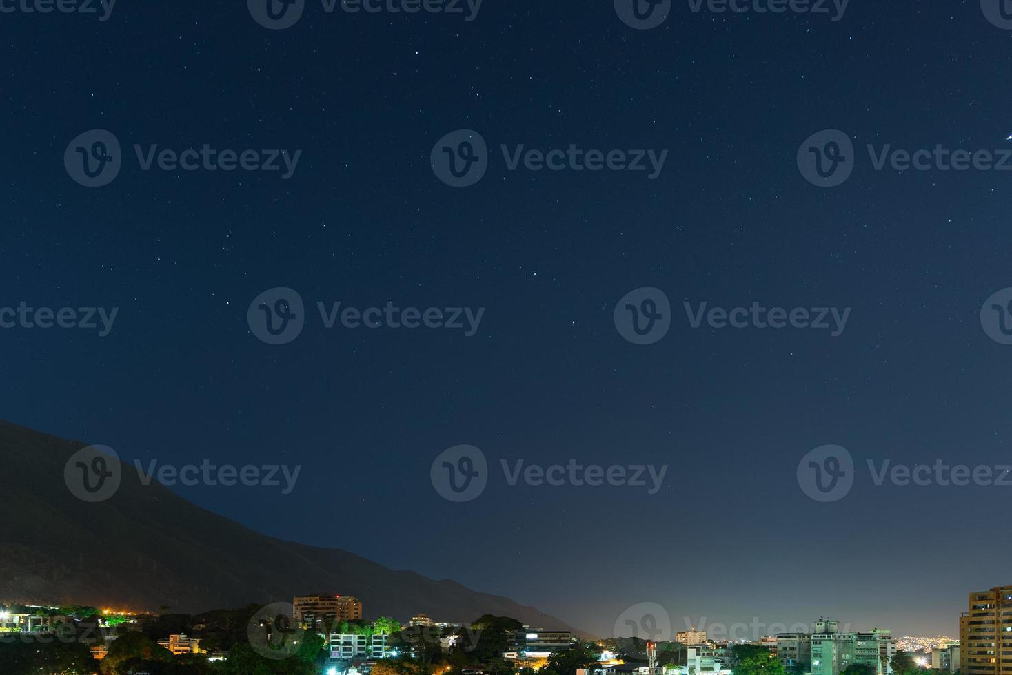 Vista nocturna de la montaña de avila en caracas, venezuela foto