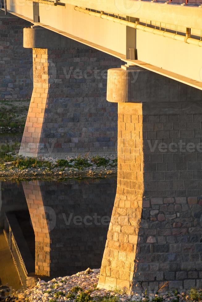 puente a través del río musa en bauska. foto