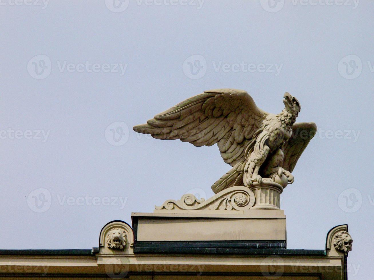 águila de piedra en la azotea del edificio de Berlín foto