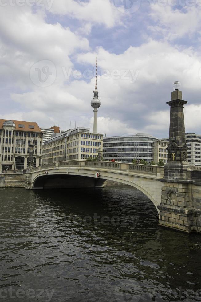 Puente Friedrichsbruecke sobre el río Spree, torre de televisión en el fondo foto