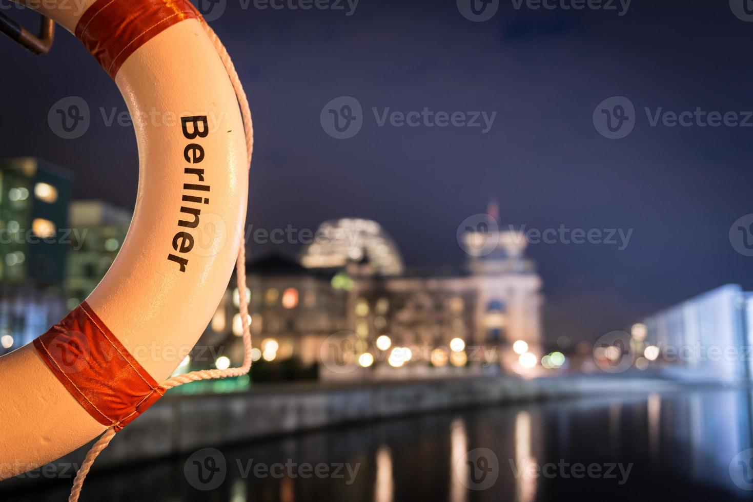 Berlin Night Shot - Lifesaver Spreebogen photo