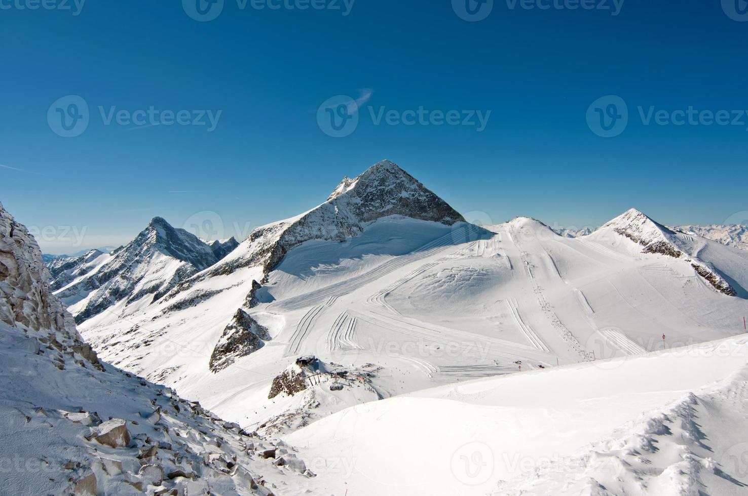 paisaje escénico de invierno con pistas de esquí y snowboard foto