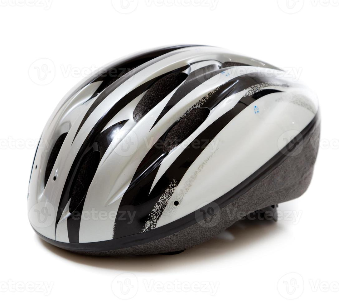 Casco de bicicleta gris sobre un fondo blanco. foto
