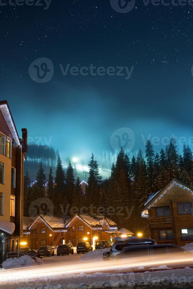 pueblo de esquí de noche foto