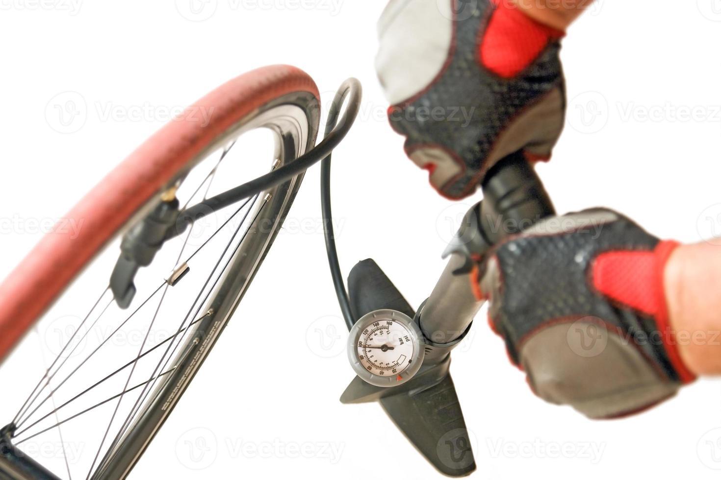 inflar el neumático de la bicicleta foto