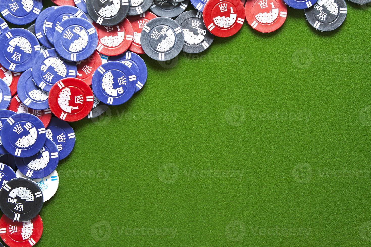 fichas de juego en fieltro verde foto