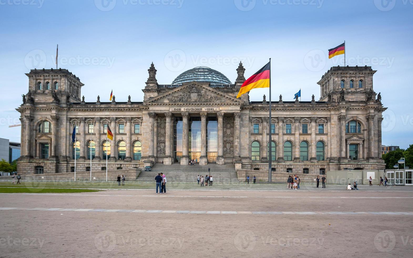 el edificio del reichstag en berlín: parlamento alemán foto