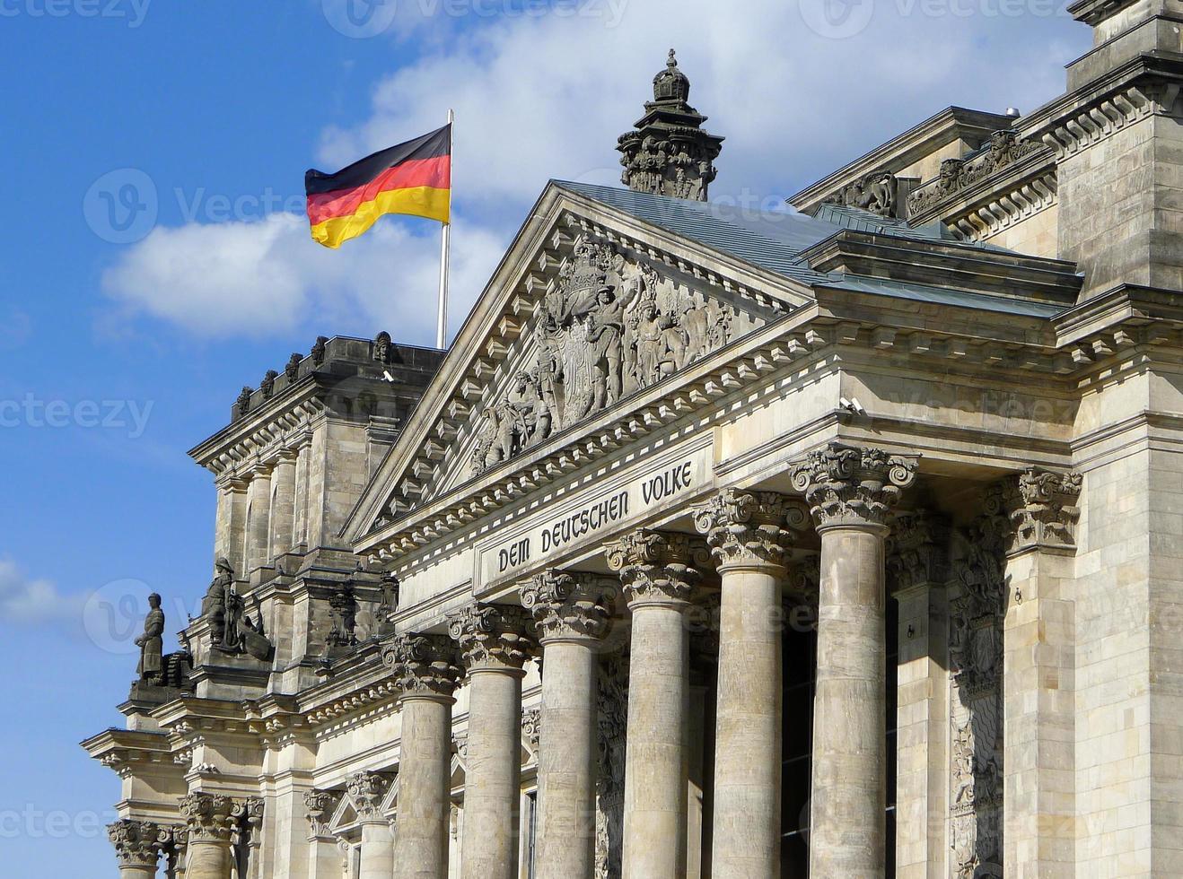 Bandera de Alemania en el edificio del Reichstag de Berlín foto