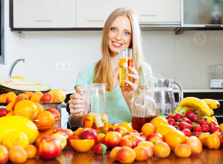 mujer con bebida de fruta fresca foto