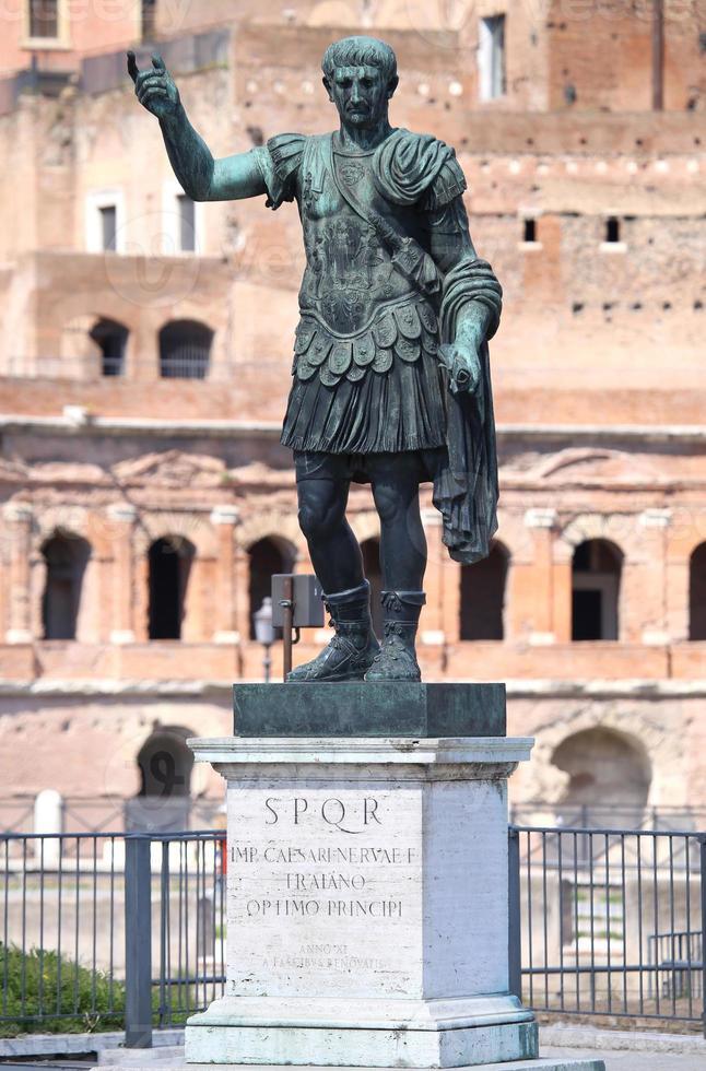 estatua caesari.nervae.f.traiano, roma, italia foto