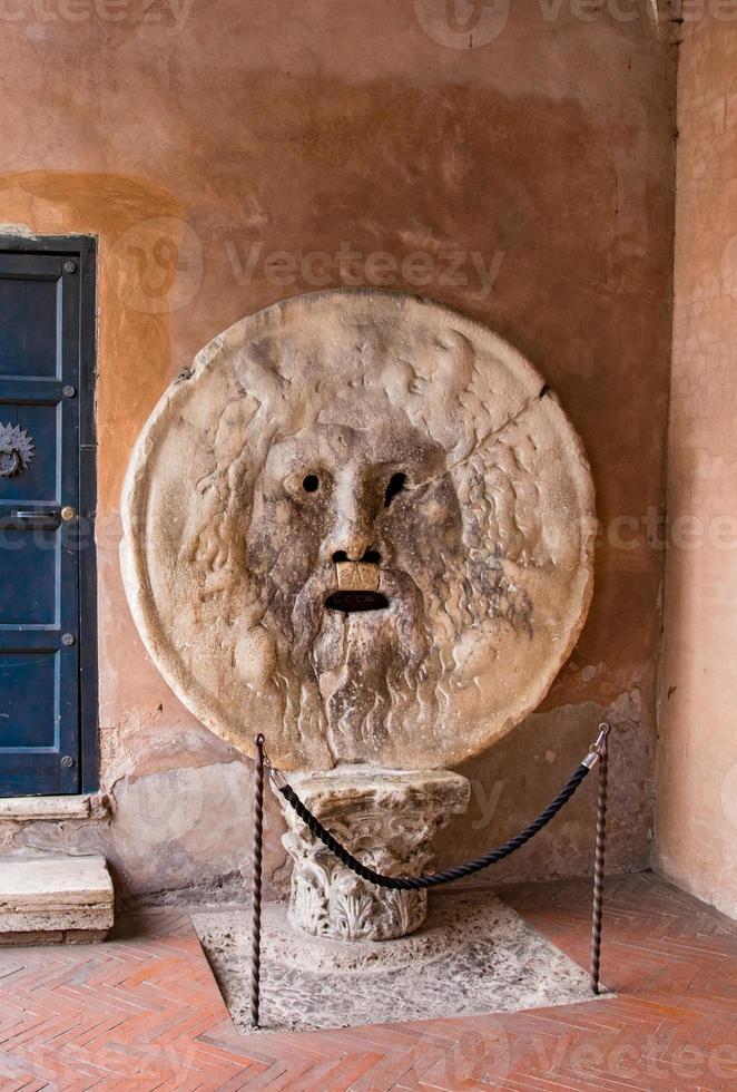 la boca de la verdad, santa maria en cosmedin en roma foto