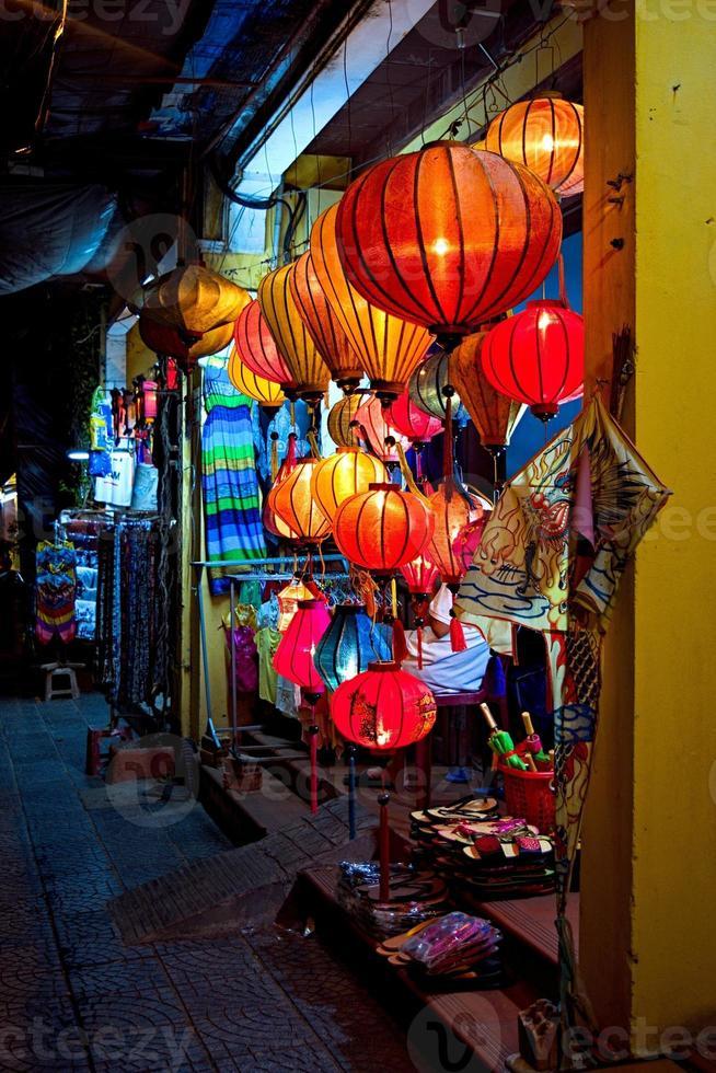 linternas artesanales en la antigua ciudad de hoi an, vietnam foto