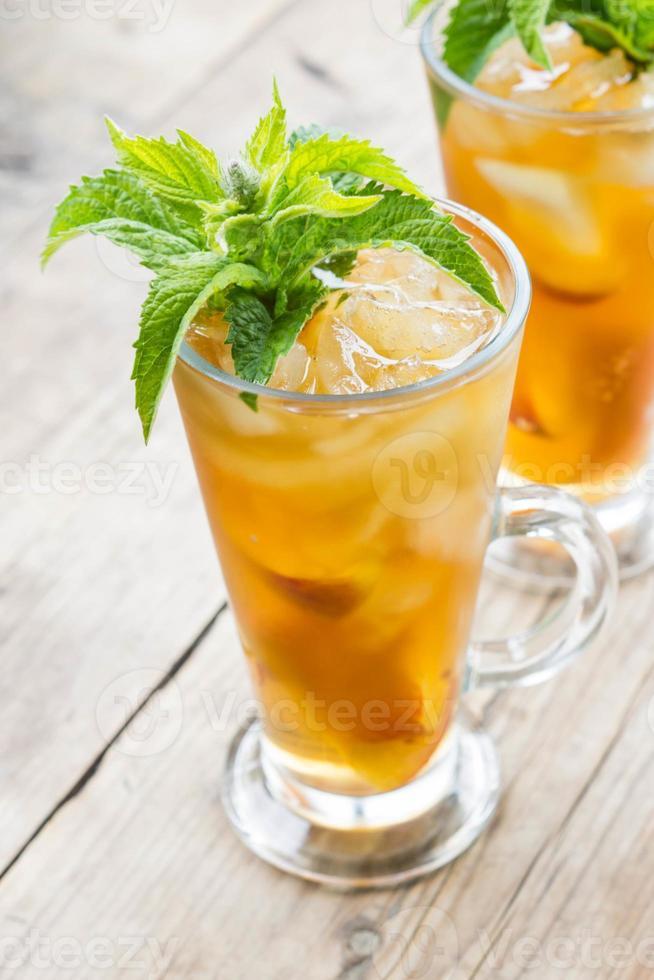 vaso de té helado de durazno dulce foto