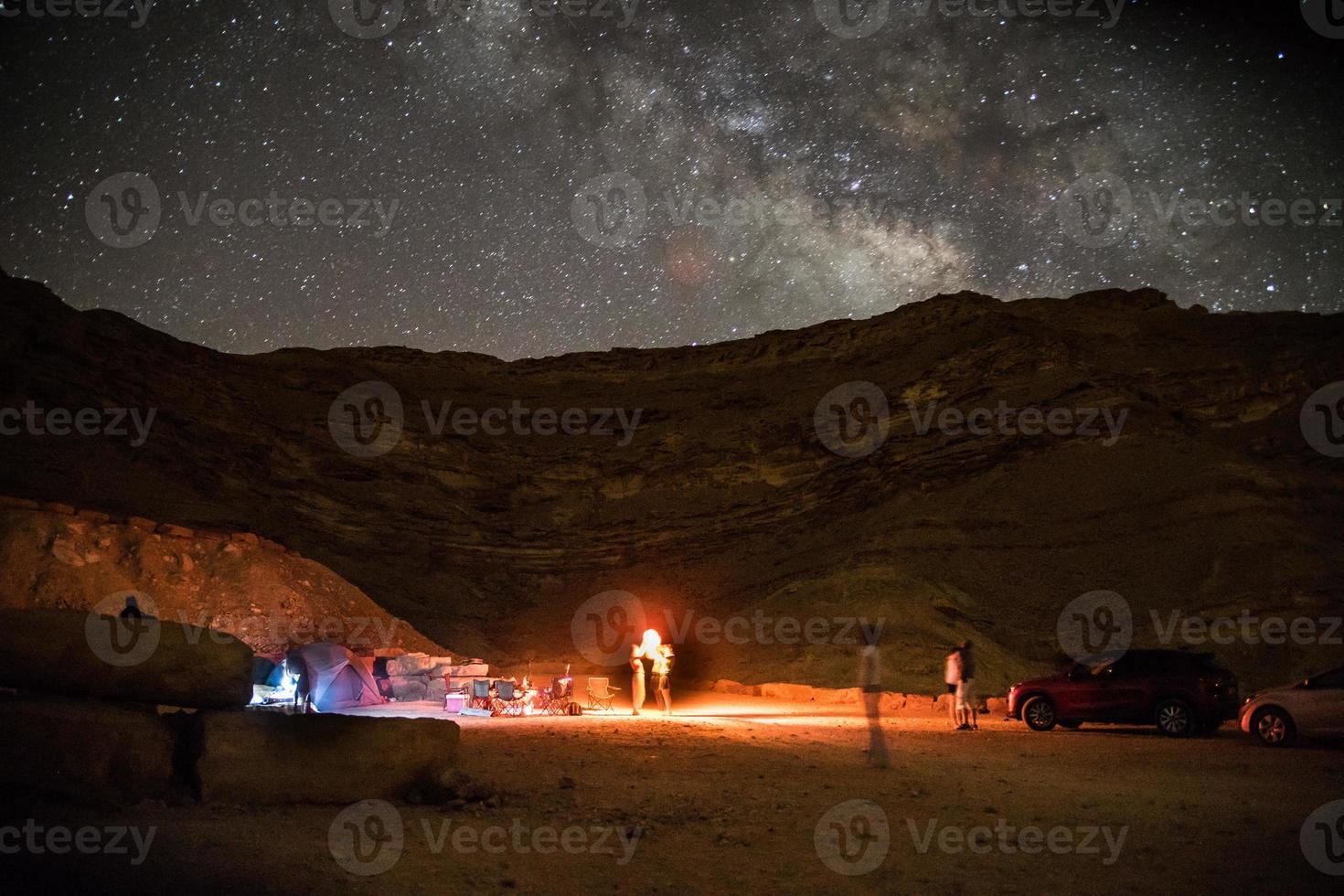 noche acampando bajo las estrellas foto