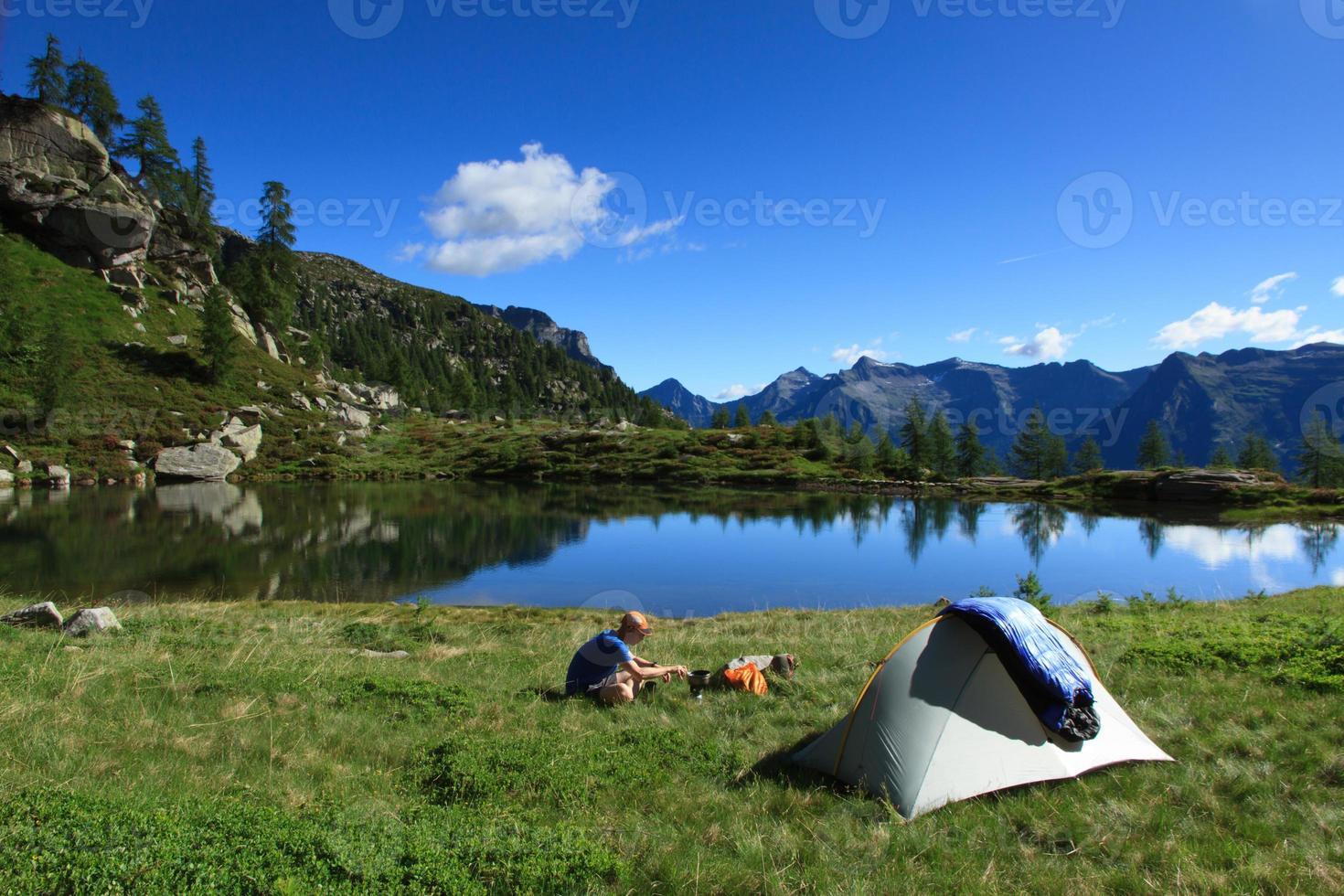 acampando en las montañas foto