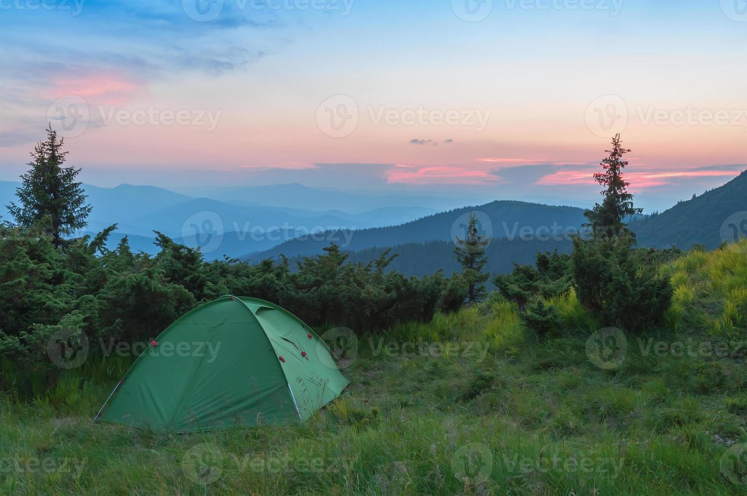 tienda de campaña en las montañas foto