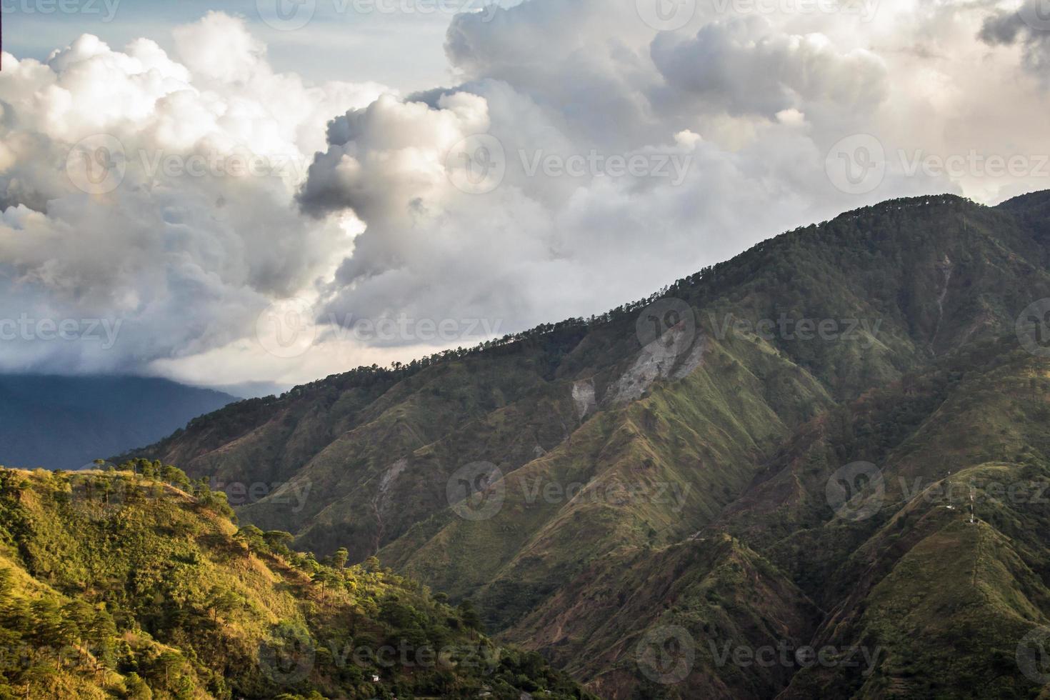 colinas y nubes foto