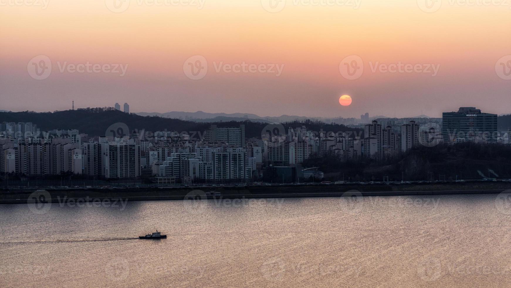 puesta de sol sobre el río han foto