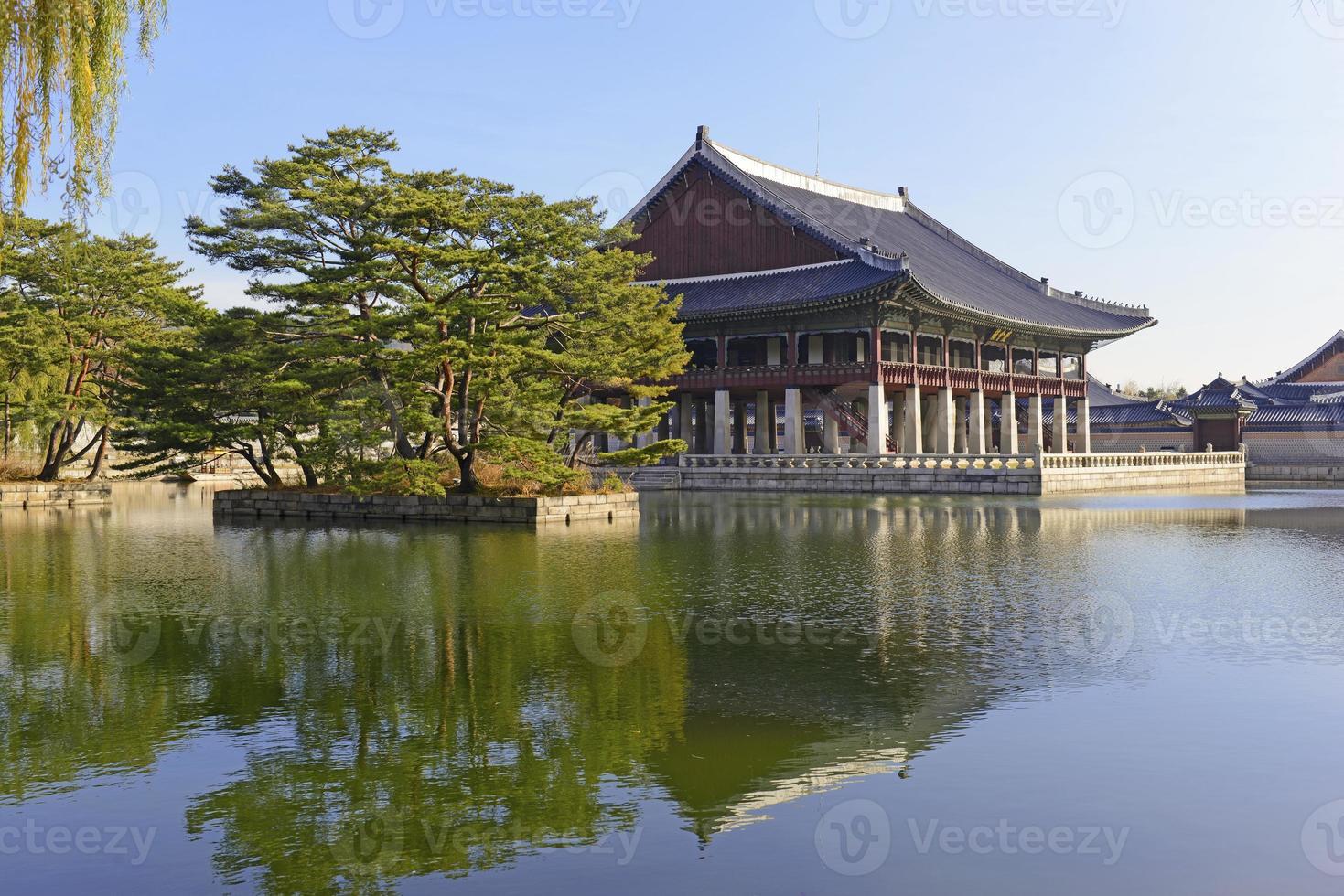 Pabellón Gyeonghoeru en el Palacio Gyeongbokgung, Seúl, Corea foto