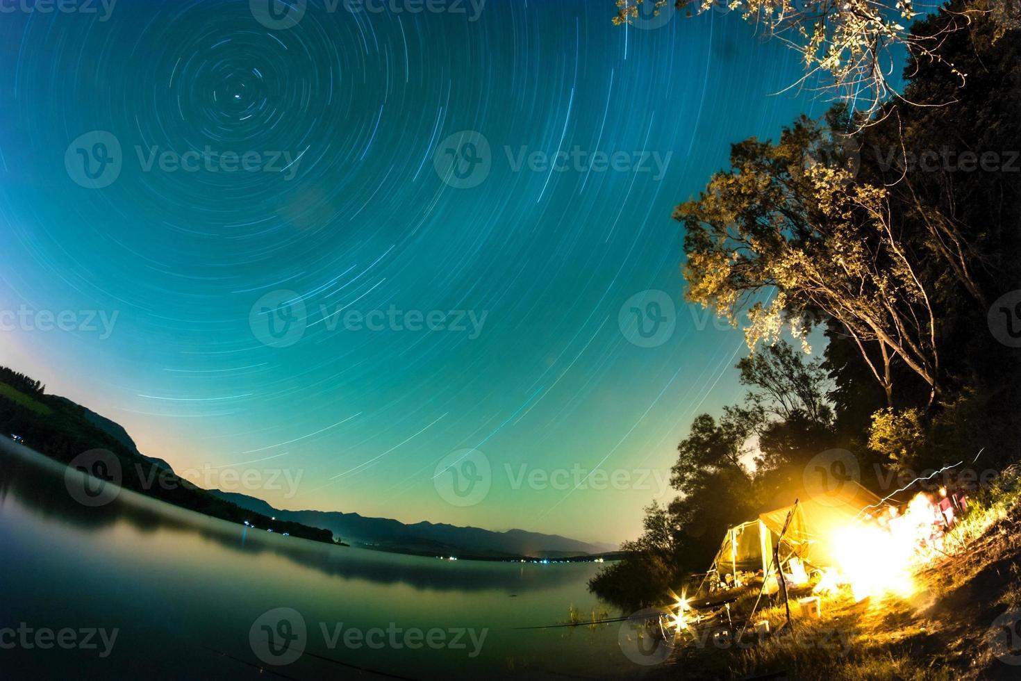 Senderos de estrellas sobre el lago, Liptovska Mara, Eslovaquia foto