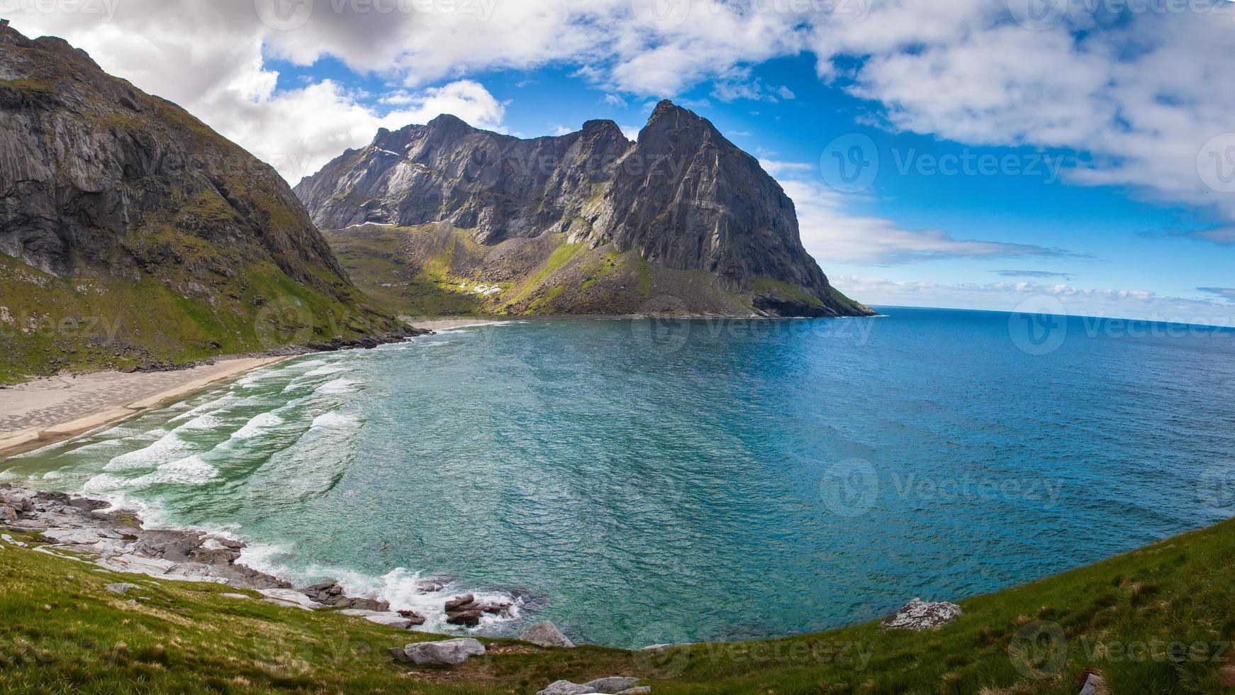 Playa paraíso kvalvika en las islas lofoten en noruega foto