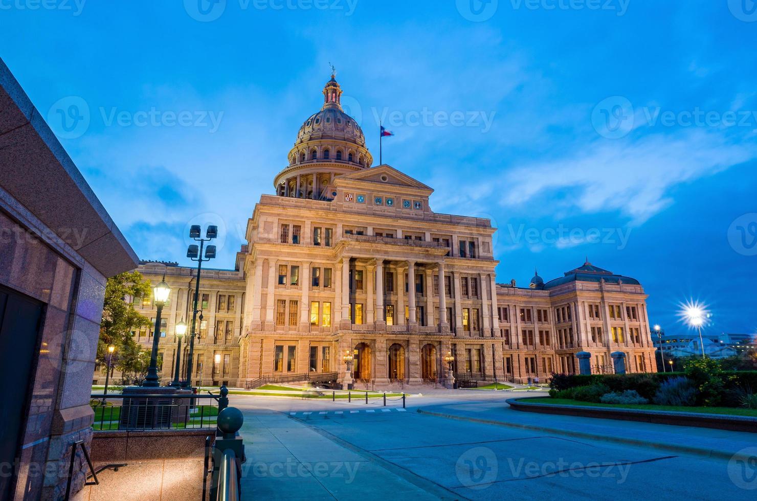 capitólio do estado do texas em austin, tx. no crepúsculo foto