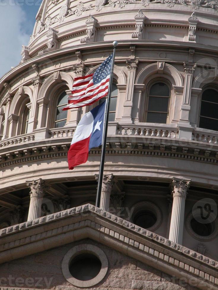 cúpula do capitólio do texas com bandeiras foto