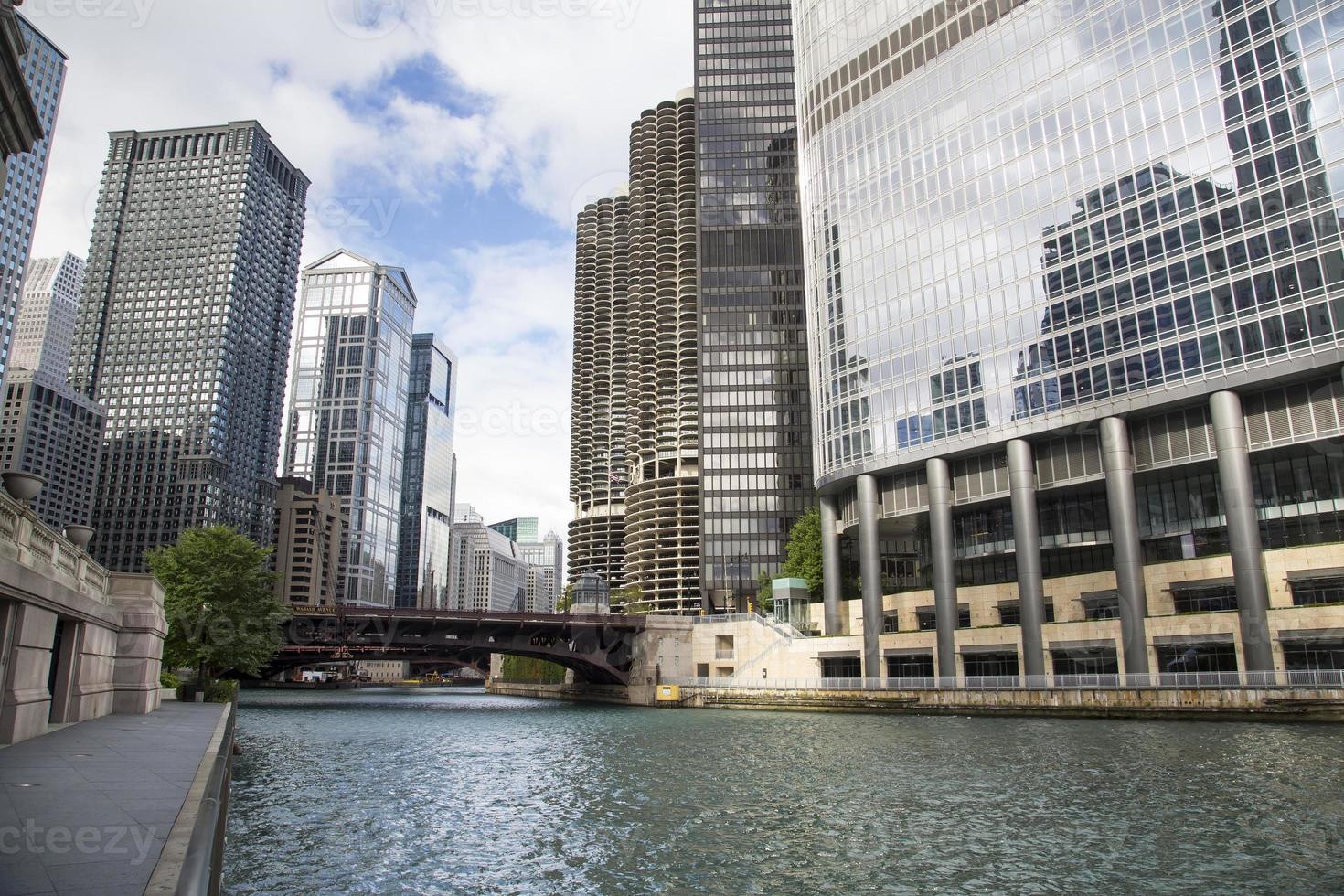 eua - illinois - chicago, skyline do rio chicago foto